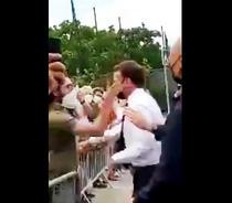 Doi barbati au fost arestati in Franta dupa ce unul dintre ei l-a lovit pe presedintele Emmanuel Macron