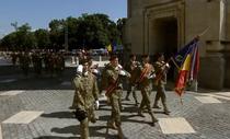 Defilarea militarilor pe sub Arcul de Triumf