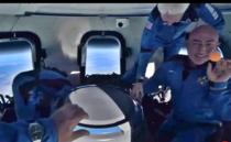 Jeff Bezos si ceilalti pasageri la bordul capsulei Blue Origin