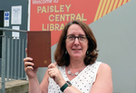 Supervizorul bibliotecii si cartea returnata dupa 50 de ani
