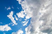 Nori pe cer de vara