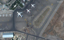 Afganii disperati sa prinda un ultim zbor din Kabul au invadat pistele de decolare