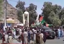 Proteste cu steaguri afgane in Asadabad