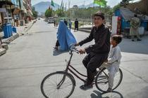 Copii pe o strada din Kabul