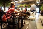 Robotii cafenelei din Tokyo sunt controlati de la sute de kilometri distanta