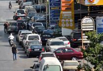 Coada la benzinarie in Beirut