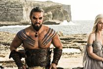 Jason Momoa si Emilia Clarke la filmarile pentru Game of Thrones