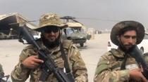 Talibani in uniforme americane pe aeroportul din Kabul
