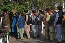 Coadă la o bancă din Kabul