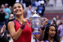 Emma Raducanu cu trofeul de la US Open