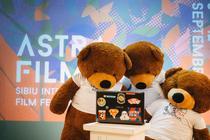 Urșii de pluș trec și ei în online. AFF Online foto Rareș Helici