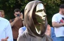 Statuia inventatorului anonim al Bitcoin