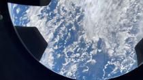 Vedere prin cupola capsulei Crew Dragon