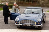 Printul Charles cu masina sa Aston Martin