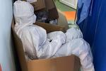 asistenta Pantelimon odihnindu-se pe o cutie din carton