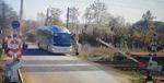 Șoferul unui autocar rupe brațele barierei de trecere cale ferata